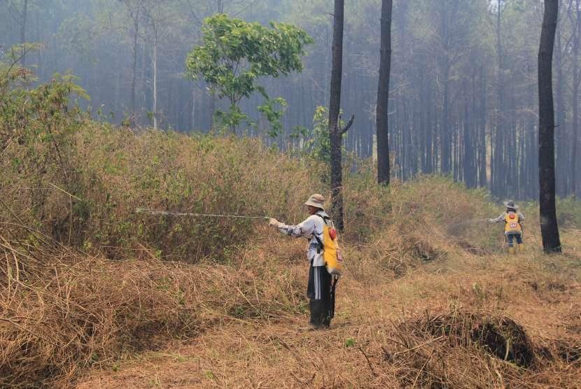 Sejumlah relawan dari Masyarakat Peduli Api (MPA) melakukan penyekatan untuk mencegah kebakaran meluas di kawasan lereng Gunung Ciremai, Kuningan, Jawa Barat, Kamis (4/10).