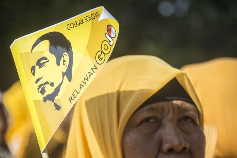 Sejumlah relawan Golkar Jokowi (GoJo) mengikuti kegiatan pengukuhan untuk mendukung Presiden Joko Widodo.