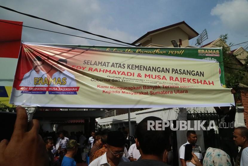 Sejumlah relawan memasang panduk ucapan selamat atas kemenangan pasangan calon Gubenur dan Wakil Gubernur Sumatera Utara  Edy Rahmayadi - Musa Rajekshah di Posko Kemenangan Eramas di Jalan A Rivai, Medan, Sumatera Utara, Rabu (27/6).