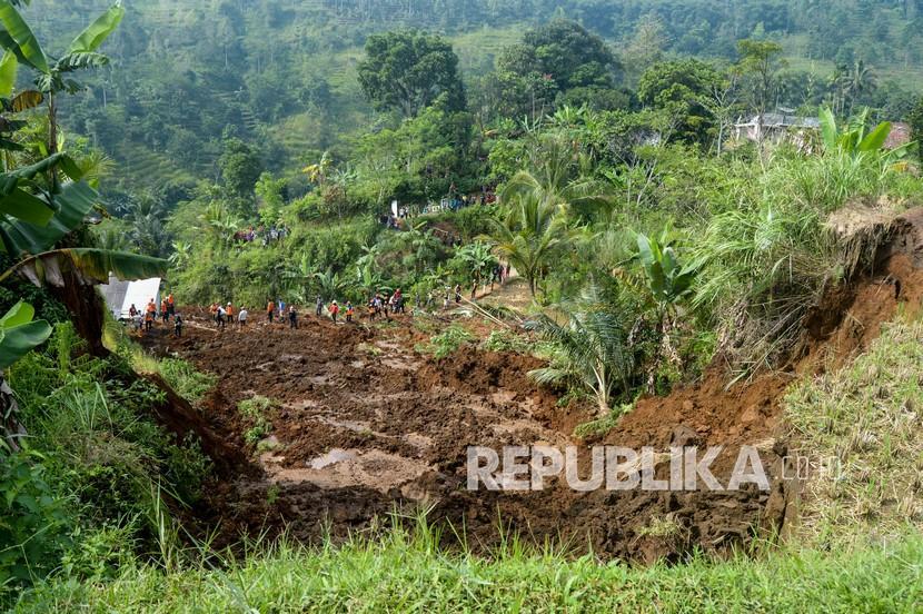Sejumlah relawan mengevakuasi barang-barang milik warga yang terdampak longsor di Desa Giinanjar, Kecamatan Ciambar, Sukabumi, Jawa Barat, Ahad (2/5/2021). Peristiwa tanah longsor yang terjadi pada Sabtu (1/5/2021) petang tersebut menimbun satu rumah dan mengakibatkan seorang anak meninggal dunia serta dua orang terluka.