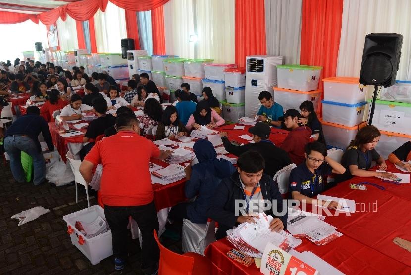 Sejumlah relawan Teman Ahok melakukan hitung manual sejuta KTP yang telah dikumpulkan di sekretariat Teman Ahok, Jakarta, Rabu (29/6).