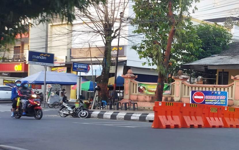 Sejumlah ruas jalan akses pusat keramaian warga di wilayah kota Ungaran, Kabupaten Semarang ditutup untuk mengurangi aktivitas warga selama pelaksanaan PPKM darurat di daerah tersebut, Sabtu (3/7).