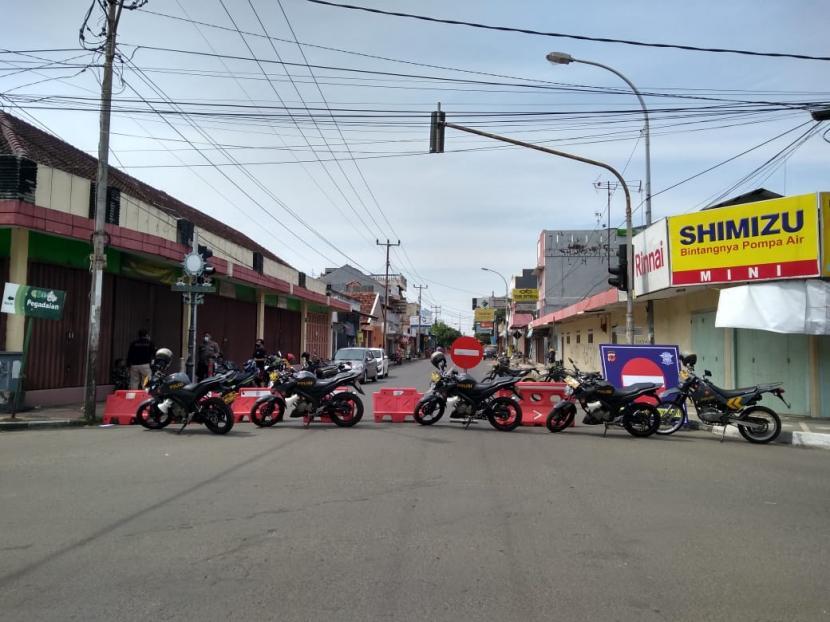 Sejumlah ruas jalan protokol di pusat Kota Indramayu dilakukan penyekatan di masa PPKM Darurat, Kamis (8/7).