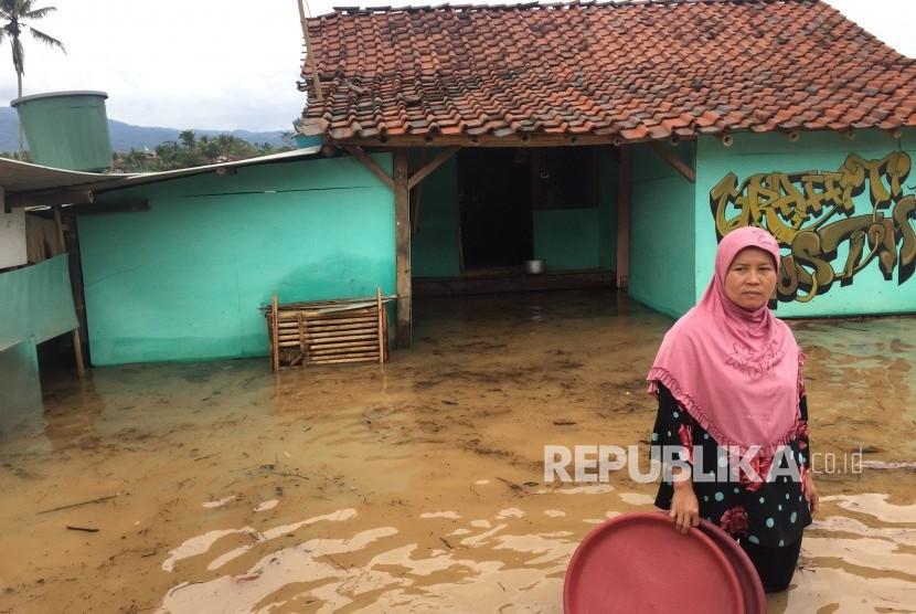 Sejumlah rumah, jalan dan sawah di Desa Tanjungsari, Kecatan  Sukaresik, Kabupaten Tasikmalaya terendam banjir pada Senin (26/11).
