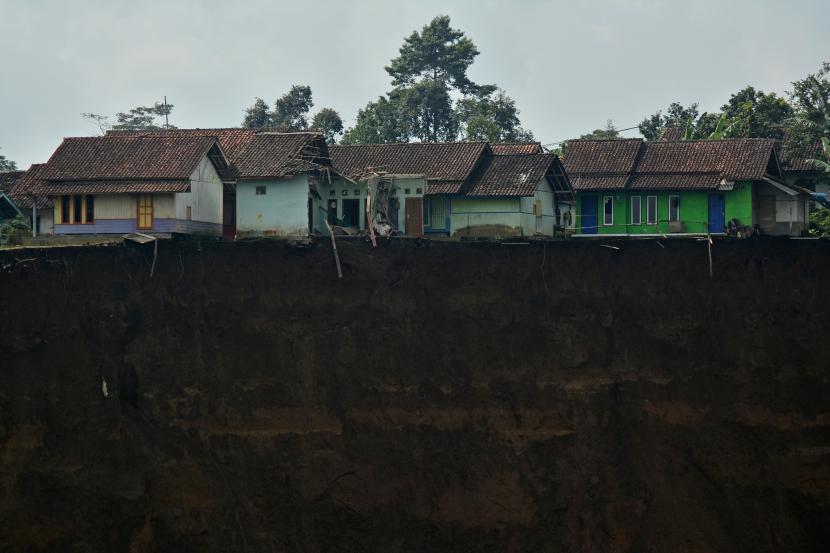 Sejumlah rumah terancam longsor di Desa Karyamekar, Cilawu, Kabupaten Garut, Jawa Barat, Ahad (14/2/2021). Hujan deras mengakibatkan tebing sepanjang 500 meter longsor hingga menimbun area persawahan milik warga seluas tiga hektare dan sebanyak sembilan rumah terdampak serta 42 rumah lainnya terancam.