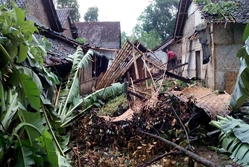 Whirlwind hits Indonesian cities and damaging tens of houses and wreaking losses running into millions. The disasters occurred in Sukabumi District of West Java Province, Lebak District of Banten Province and Jembrana District of Bali. (Illustration)