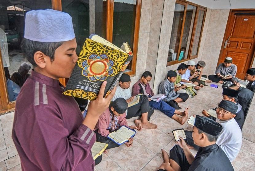 Sejumlah santri mengikuti kegiatan menghafal Alquran (Hafiz Quran)