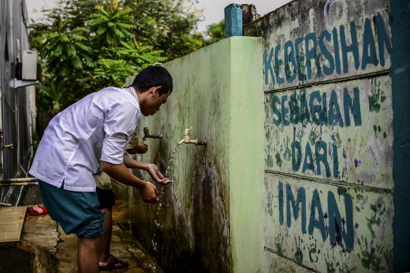 Sejumlah santri penyandang tuna netra mengambil wudhu sebelum pengajian Al-Quran braille di Yayasan Raudlatul Makfufin, Serpong, Tangerang Selatan.