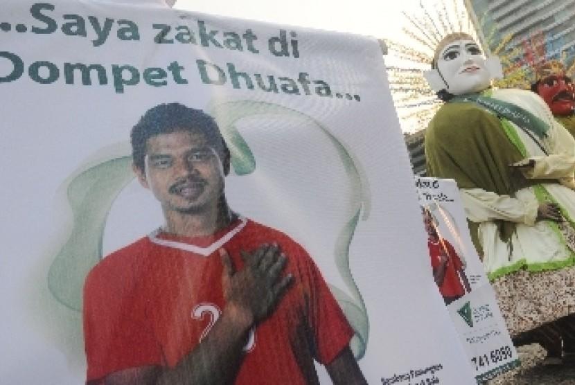 Sejumlah seniman Betawi bersama lembaga amil zakat Dompet Dhuafa berkampanye mengenai zakat di Bundaran Hotel Indonesia, Jakarta.