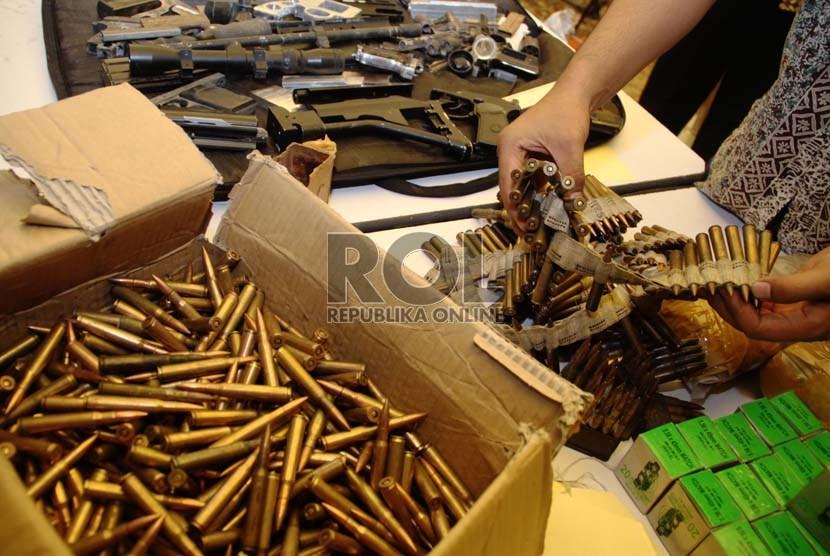 Sejumlah senjata api rakitan dan peluru yang berhasil disita petugas kepolisian dari Cipayung saat rilis di Polda Metro Jaya, Jakarta, Jumat (6/9).    (Republika/Yasin Habibi)