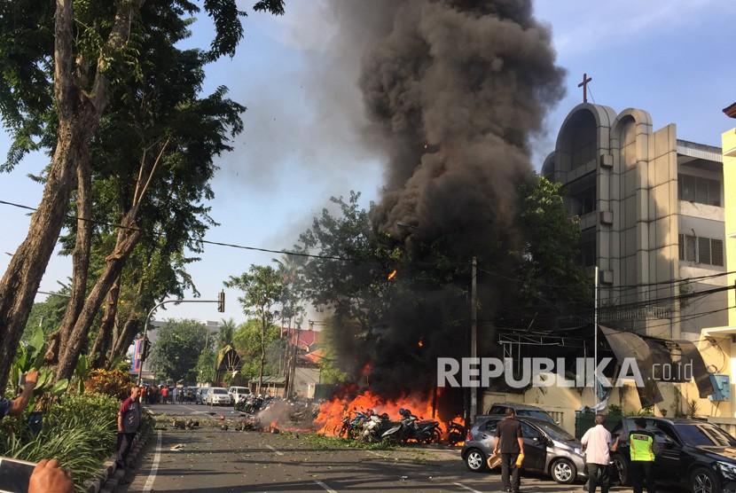 Sejumlah sepeda motor terbakar sesaat setelah terjadi ledakan di Gereja Pantekosta Pusat Surabaya (GPPS), Surabaya, Jawa Timur, Minggu (13/5).