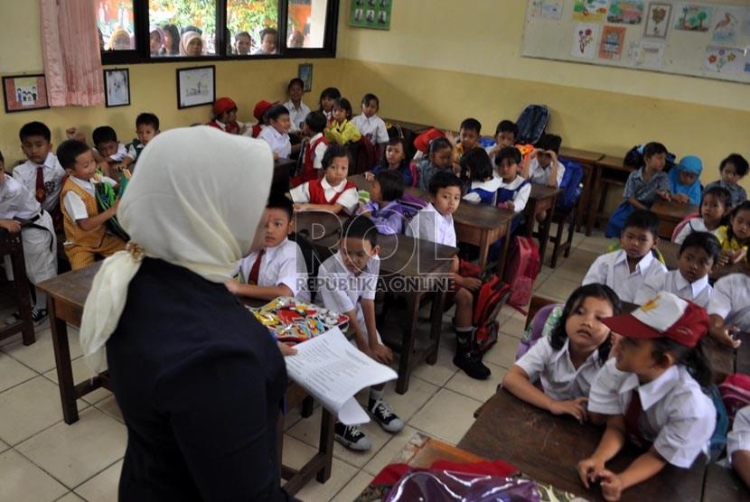Guru sedang mengajar murid sekolah dasar (SD).    (Republika/Rakhmawaty La'lang)