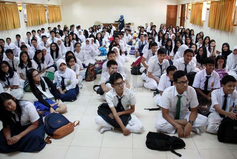 Sejumlah siswa baru mengikuti Masa Orientasi Siswa (MOS) saat hari pertama masuk sekolah. (Republika/ Yasin Habibi).