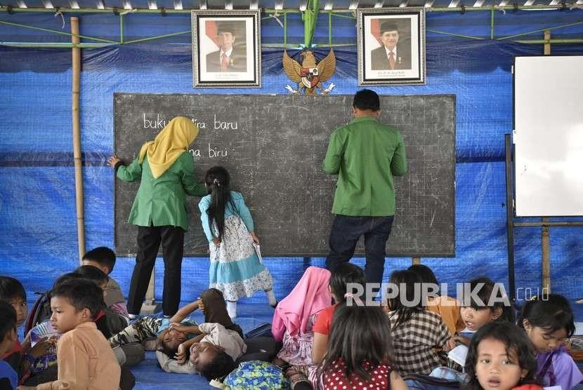 Sejumlah siswa belajar di tenda sekolah darurat di SDN 1 Guntur Macan Desa Guntur Macan, Kecamatan Gunungsari, Lombok Barat, NTB, Jumat (28/9).