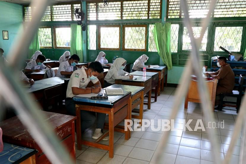 Sejumlah siswa megikuti belajar tatap muka, (ilustrasi). Wakil Ketua Komisi X DPR RI Agustina Wilujeng Pramestuti menyampaikan, sektor pendidikan harus diberikan perhatian khusus dalam penanganan bencana seperti pandemi yang saat ini sedang melanda.
