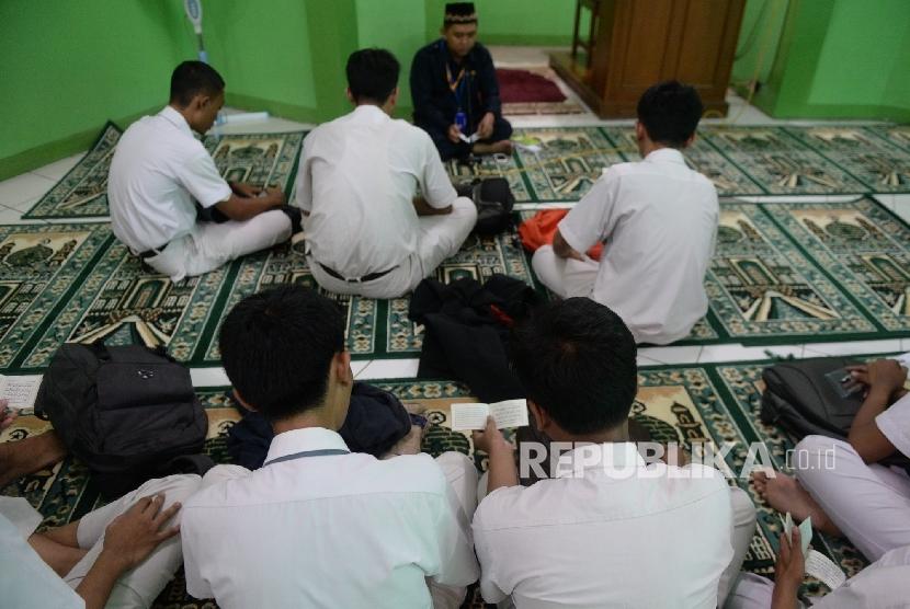 Sejumlah  siswa melakukan doa bersama sebelum mengerjakan Ujian Nasional