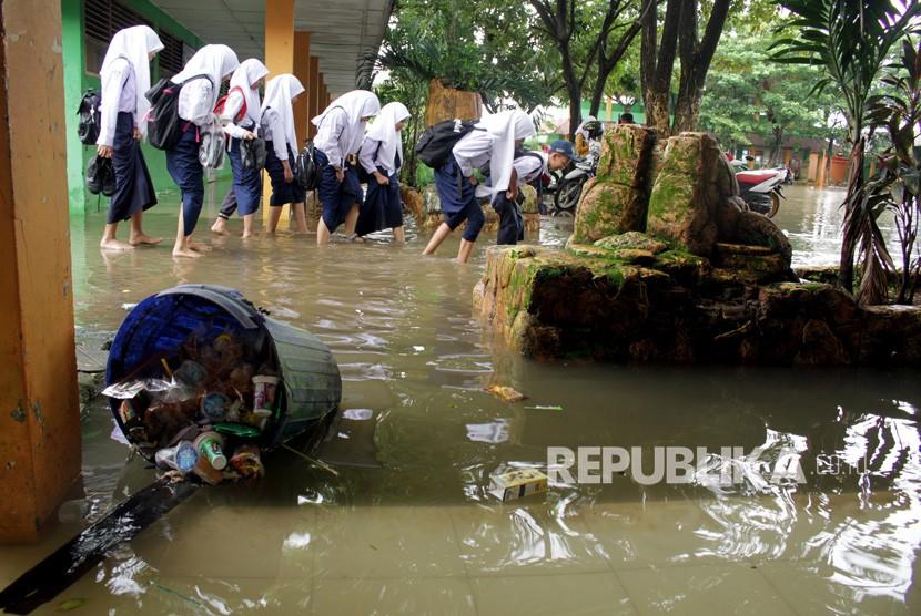 Banjir Sejak Kemarin Genangi SMPN 34 Semarang. Foto ilustrasi.