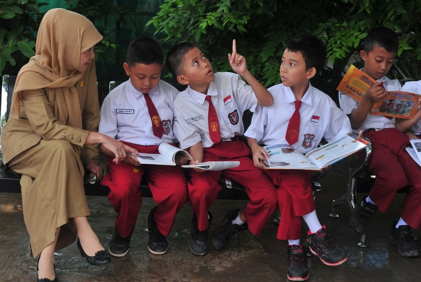 Sejumlah siswa membaca bersama pada pekan membaca di Sekolah Dasar Negeri 179 Palembang, Sumsel, Selasa (12/4).