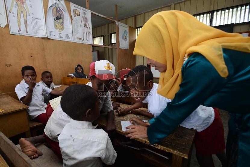 Sejumlah Siswa membersihkan kelas sebelum melakukan kegiatan belajar mengajar (ilustrasi)