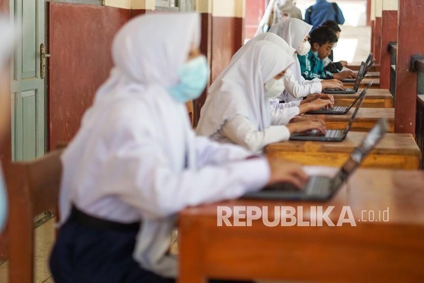 Sekolah di Kudus Diminta tak Bebani Siswa Bawa Laptop (ilustrasi).
