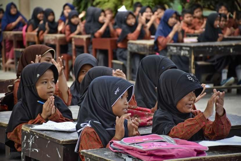 Sejumlah siswa mengikuti kegiatan belajar mengajar diluar ruangan sekolah pascagempa di SDN 2 Gunungsari, Kecamatan Gunungsari, Lombok Barat, NTB, Rabu (29/8).