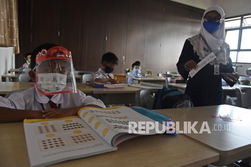 Sejumlah siswa mengikuti kegiatan pembelajaran tatap muka (PTM) terbatas di SDN Lenteng Agung 07, Jakarta, Senin (27/9/2021). Pemprov DKI Jakarta mulai menggelar pembelajaran tatap muka (PTM) tahap dua di 1.509 sekolah pada Senin (27/9), dengan tetap menerapkan protokol kesehatan yang ketat di masa PPKM.