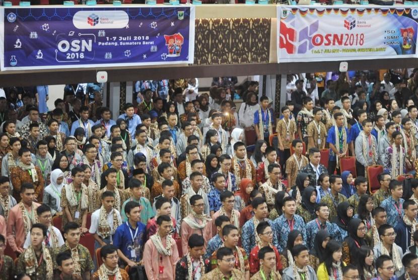 Sejumlah siswa mengikuti pembukaan Olimpiade Sains Nasional 2018 di Padang, Sumatera Barat, Senin (2/7).