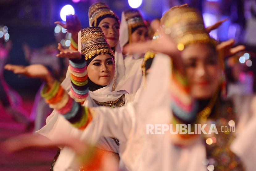 Sejumlah siswa pilihan menarikan tarian kolosal saat penutupan MTQ Nasional yang diadakan di Islamic Center Kota Mataram, Nusa Tenggara Barat, Sabtu (6/8)