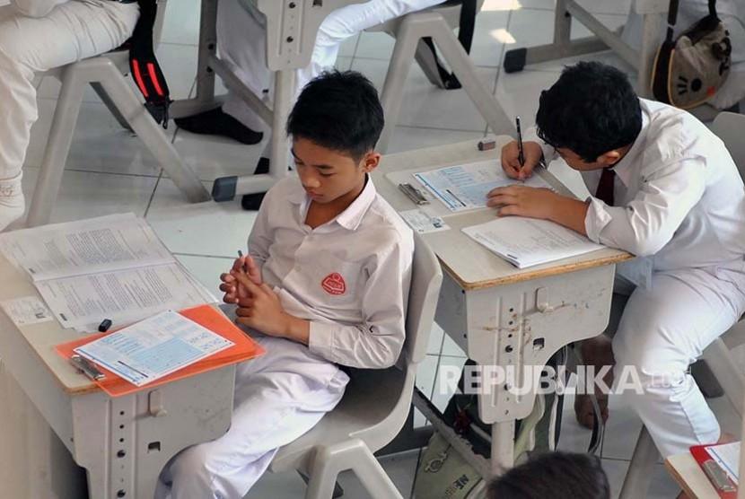 Sejumlah siswa SD mengerjakan soal Bahasa Indonesia saat Ujian Sekolah Berstandar Nasional (USBN) di SD Insan Kamil, jalan Dramaga, Bogor, Jawa Barat, Senin (15/5). Berbeda dengan Ujian Nasional SMP dan SMA berbasis komputer, pelaksanaan USBN tingkat SD masih menggunakan lembar jawaban komputer (LJK) dengan penggandaan lembar soal diserahkan Pemerintah Pusat kepada Pemerintah Daerah dan USBN SD berlangsung hingga hari Rabu (17/5). ANTARA FOTO/Arif Firmansyah/foc/17.