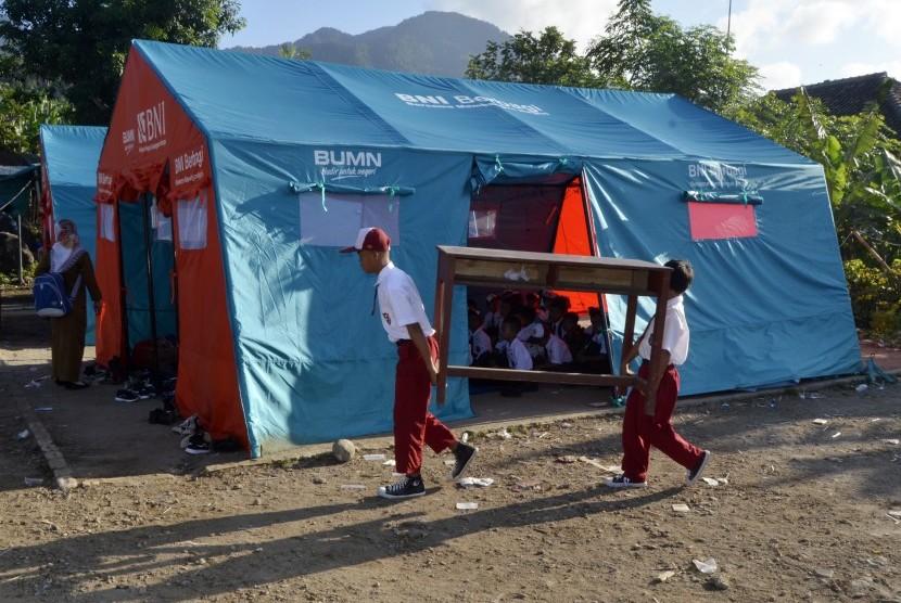 Suasana tenda belajar untuk anak pengungsi (ilustrasi)