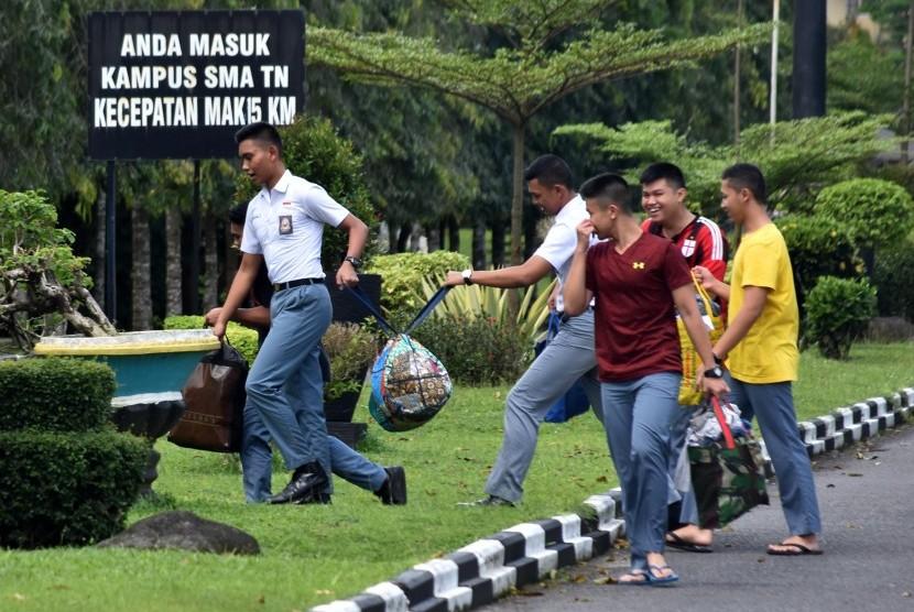 Sejumlah siswa SMA Taruna Nusantara melintas di lingkungan sekolah mereka di Mertoyudan, Kabupaten Magelang, Jawa Tengah, Senin (3/4).