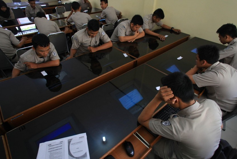 Sejumlah siswa mengerjakan soal latihan Ujian Nasional / Ilustrasi