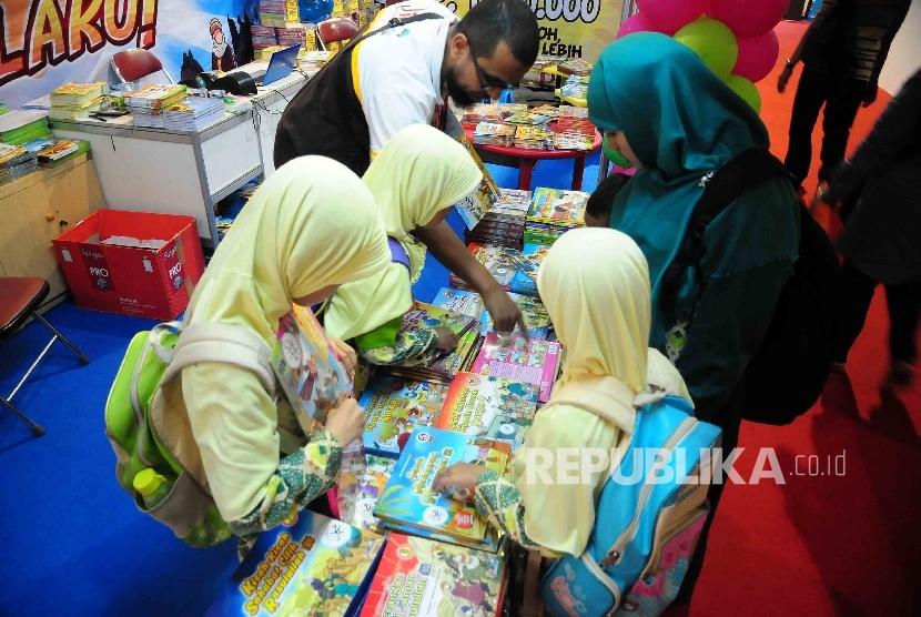 Sejumlah siswi memilih buku cerita tentang Nabi di Kidzone dalam pameran Islamic Book Fair (IBF) di Istora Senayan Jakarta, Selasa (1/3). (Republika/Agung Supriyanto)