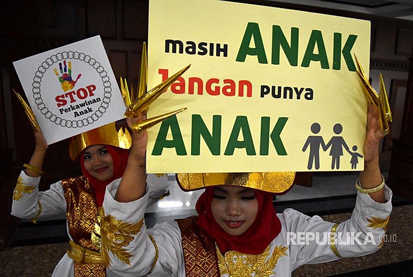 Sejumlah siswi menunjukkan poster kampanye Gerakan Stop Perkawinan Anak. Indonesia menjadi negara dengan tingkat perkawinan anak tertinggi ke-7 di dunia.