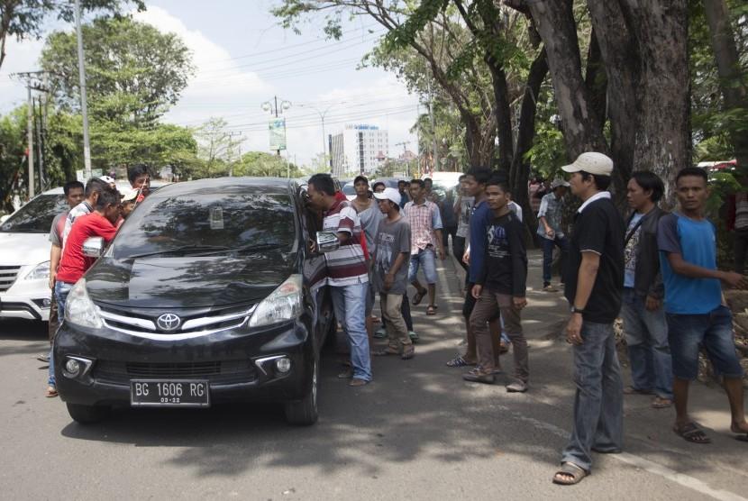 Sejumlah sopir angkot melakukan sweeping terhadap kendaraan yang diduga transportasi daring atau online saat aksi mogok dan berunjuk rasa di Palembang, Sumatra Selatan, Senin (21/8).