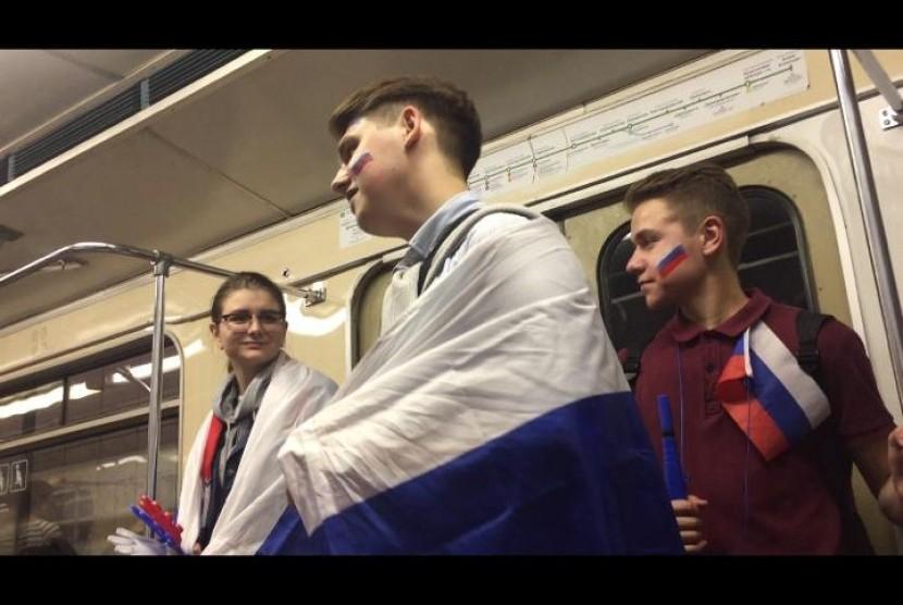 Sejumlah suporter Rusia di dalam kereta bawah tanah (metro), Moskow, Rusia.