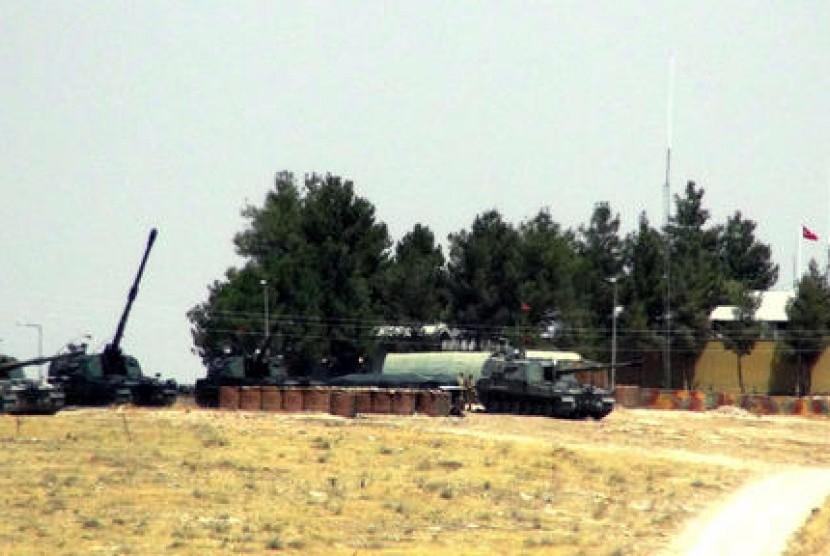 Sejumlah tank Turki ditempatkan dekat perbatasan Suriah di Karkamis, Turki, Rabu, 24 Agustus 2016. Militer Turki melancarkan serangan sebelum fajar Rabu untuk membersihkan kota perbatasan Suriah dari ISIS.
