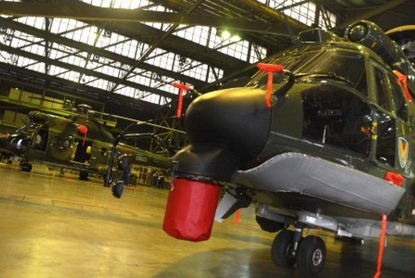 Sejumlah teknisi menyelesaikan proses produksi Helikopter jenis Superpuma SA 332 C1A dan Cougar E725 di hanggar PT Dirgantara Indonesia (DI), Bandung, Jawa Barat, beberapa waktu lalu.