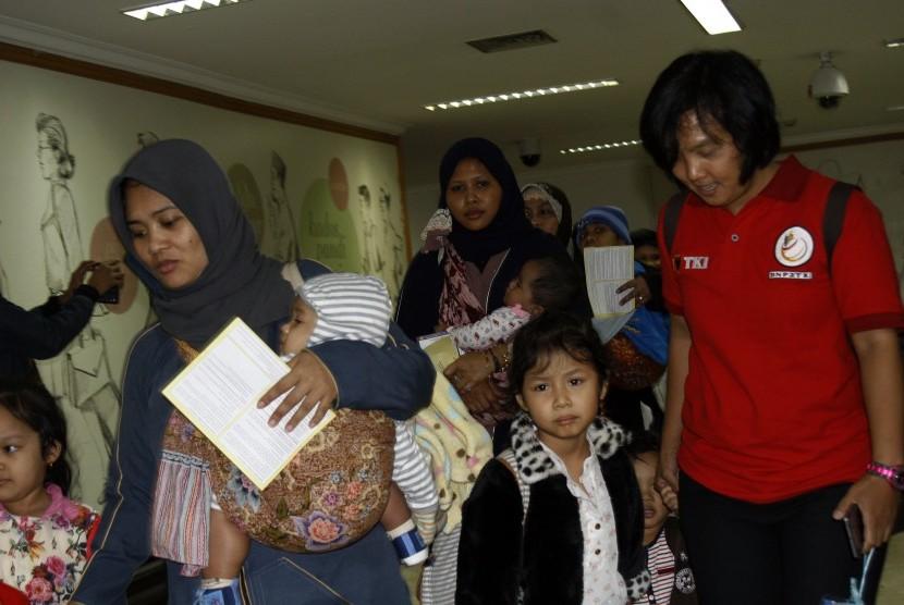 Sejumlah Tenaga Kerja Indonesia (TKI) yang dipulangkan pemerintah Indonesia tiba di terminal TKI Bandara Soekarno-Hatta,Tangerang, Banten, Rabu (11/11).