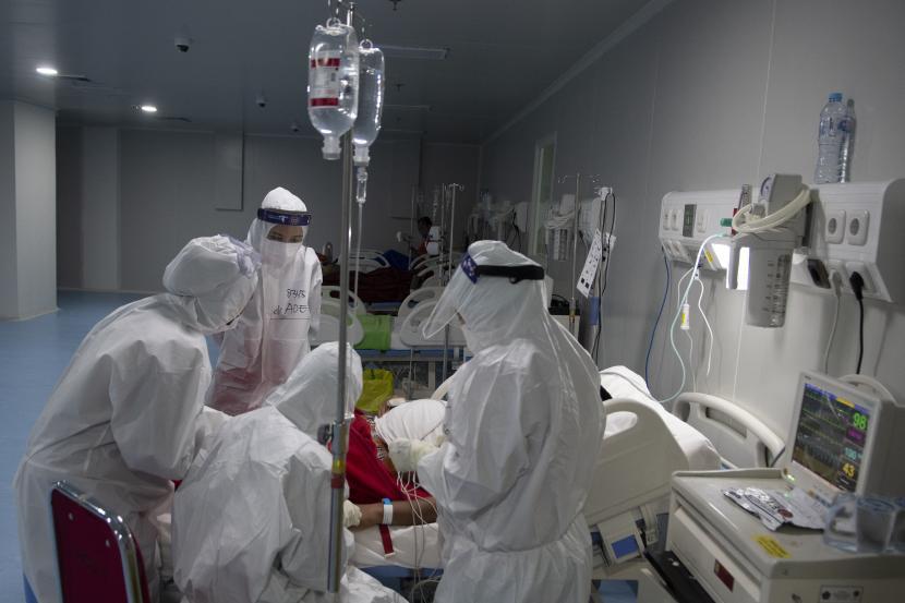 Sejumlah tenaga kesehatan merawat pasien positif COVID-19