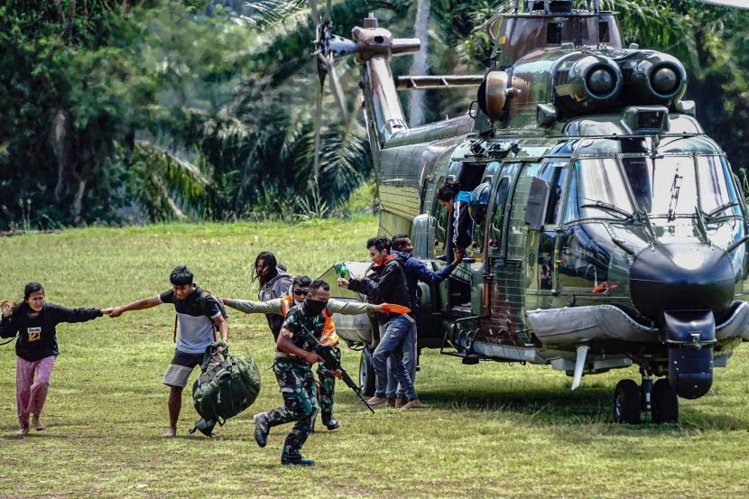 Sejumlah tenaga kesehatan (Nakes) korban penyerangan Kelompok Kriminal Bersenjata (KKB) turun dari helikopter milik TNI AD di Lapangan Frans Kaisepo Makodam XVII Cenderawasih, Kota Jayapura, Papua, Jumat (17/9/2021). Sembilan dari 11 tenaga kesehatan Puskesmas Kiwirok, Kabupaten Pegunungan Bintang yang menjadi korban penyerangan KKB pada Senin (13/9/2021) di evakuasi ke Jayapura untuk menjalani perawatan di Rumah Sakit Marthen Indey, Kota Jayapura.