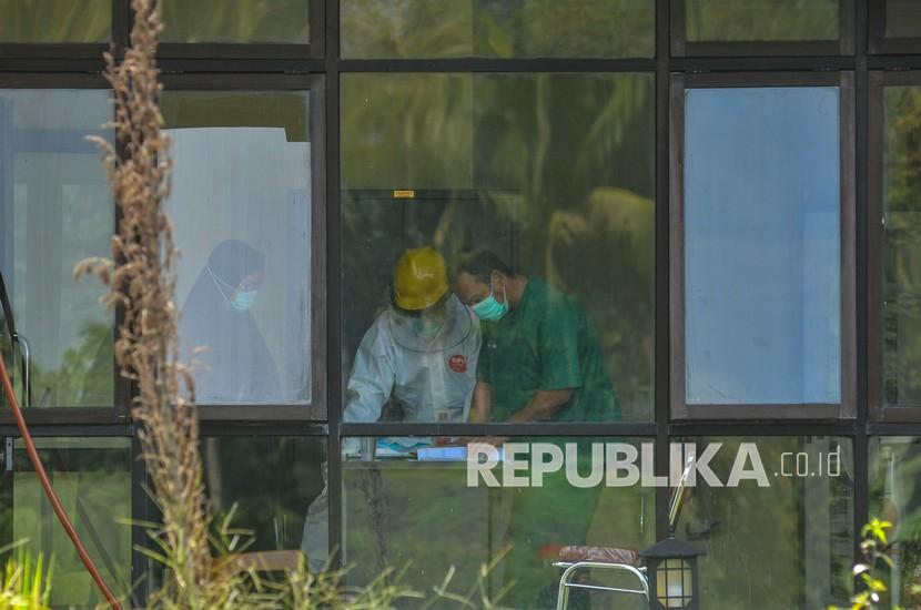 Sejumlah tenaga medis bertugas di Rumah Susun Sewa (Rusunawa) Universitas Negeri Siliwangi (UNS), Tamansari, Kota Tasikmalaya, Jawa Barat. Pemkot Tasikmalaya menjadikan Rusunawa UNS sebagai lokasi isolasi pasien terpapar Covid-19. (ilustrasi)