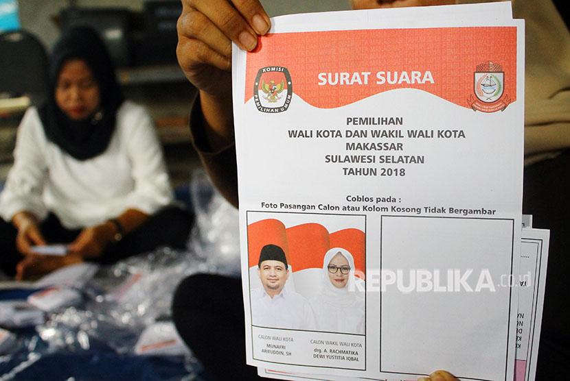 Sejumlah tenaga relawan menyortir kertas suara Pilkada Wali Kota dan Wakil Wali Kota Makassar, di kantor KPU Makassar, Sulawesi Selatan, Rabu (13/6).
