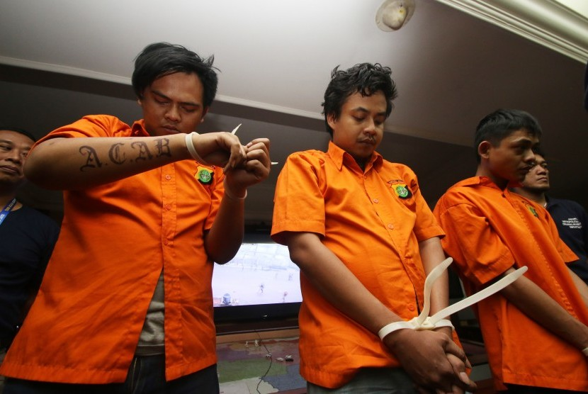 Sejumlah tersangka kasus kerusuhan suporter klub sepak bola Persija Jakarta dihadirkan saat gelar perkara di Polda Metro Jaya, Jakarta, Selasa (28/6).