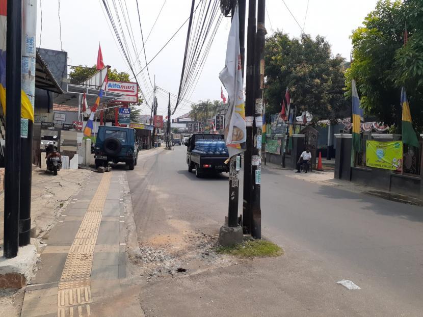 Sejumlah tiang listrik tampak memakan badan jalan di Jalan WR Supratman, Ciputat Timur, Tangerang Selatan, Senin (30/8).