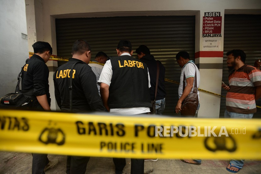 Sejumlah Tim Puslabfor Polda Metro Jaya saat akan melakukan olah TKP kasus pembunuhan satu keluarga di Jalan Bojong Nangka II, Jatirahayu, Pondok Melati, Bekasi, Jawa Barat, Selasa (13/11).