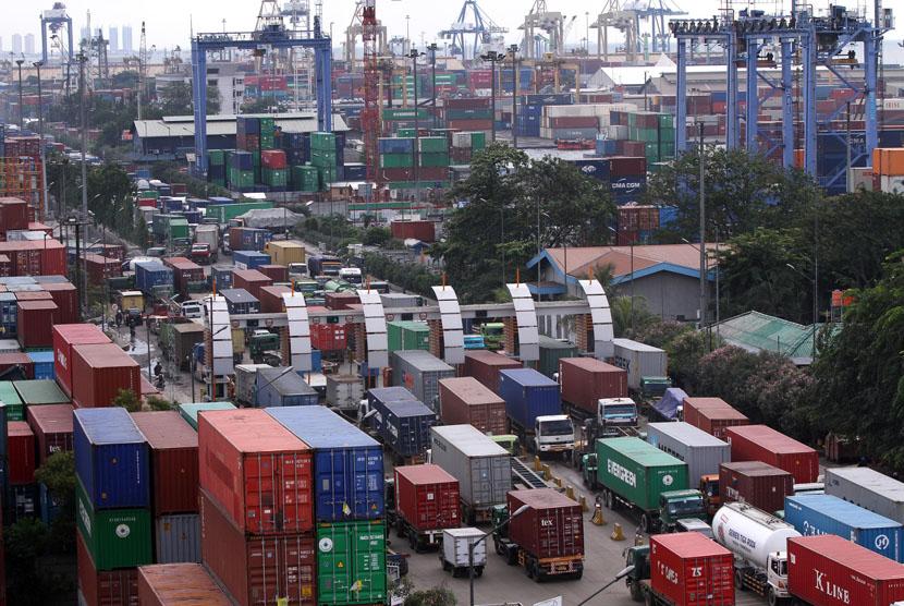 Sejumlah truk kontainer terjebak kemacetan di sekitar Pelabuahan Peti kemas, Tanjung Priok, Jakarta Utara.