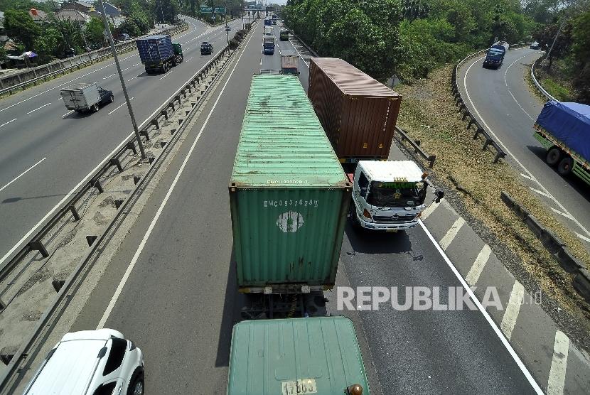 Sejumlah truk melintas di ruas jalan tol di Jakarta.