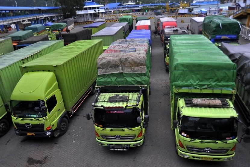 Sejumlah truk pengangkut kebutuhan pokok dan logistik penting yang akan menyeberang ke Pulau Sumatera antre di Dermaga III Pelabuhan Merak, Banten, Jumat (22/12).
