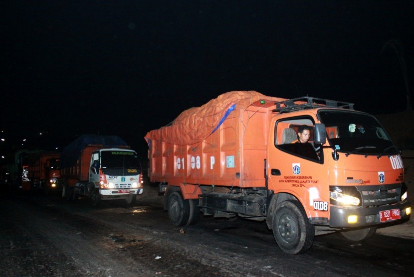 Sejumlah truk sampah DKI Jakarta antre memasuki Tempat Pengolahan Sampah Terpadu (TPST) Bantar Gebang, Bekasi, Jawa Barat, Jumat (6/11) dini hari.